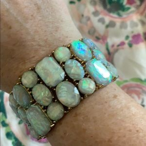NWOT stretchy pearl look and gold bracelet!